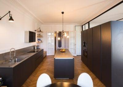 Cuisine Design épurée noire dans appartement haussmmanien, par Fabienne Boé de Pirey, Architecte d'intérieur UFDI à Paris 75
