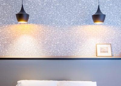 Luminaires Tom Dixon pour une chambre chic, par Fabienne Boé de Pirey, Architecte d'intérieur UFDI à Paris 75
