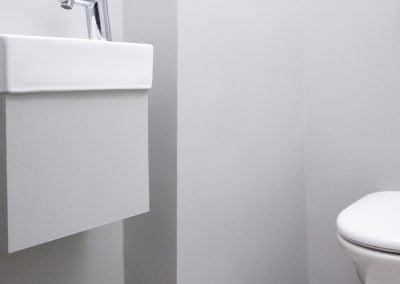 Toilettes Style new-yorkais blanc aux touches de noir, par Fabienne Boé de Pirey, Architecte d'intérieur UFDI à Paris 75