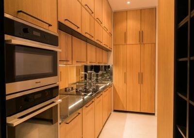 Une cuisine totalement agencée, alliance de bois et lignes de noir, par Fabienne Boé de Pirey, Architecte d'intérieur UFDI à Paris 75