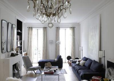 Salon chic aux tons blanc et bleu par Fabienne Boé de Pirey, Architecte d'intérieur UFDI à Paris 75