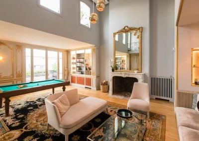 Salon classique avec un billard face à une alcôve par Fabienne Boé de Pirey, Architecte d'intérieur UFDI à Paris 75