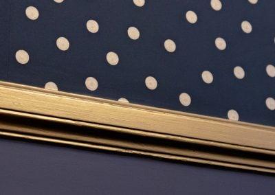 Détail de moulure dorée sur fond bleu profond et motifs à pois, par Fabienne Boé de Pirey, Architecte d'intérieur UFDI à Paris 75